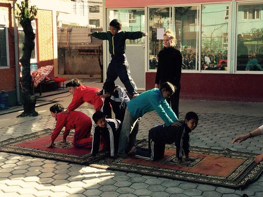 Anschließend zeigt der Akrobatik-Workshop von Gwen und Anna ein paar einstudierte Figuren …