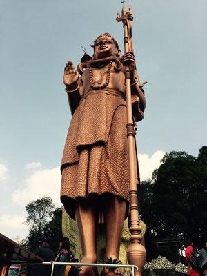 Auf dem Rückweg geht es noch zur Kailashnath-Mahadev-Statue, der weltgrößten Abbildung von Shiva.