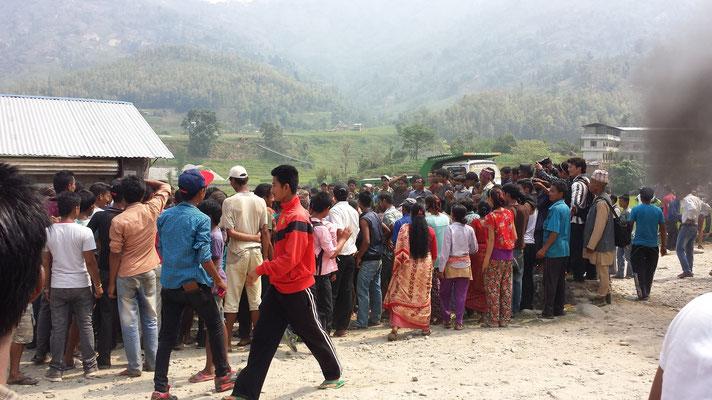 Der korrupte Dorfvorstand hat nämlich die Hilfsgüter einfach an wohlhabenere Menschen in Kathmandu verkauft, und nun haben die Leute hier nichts mehr … Aber nach langem Warten lässt man uns doch durch.