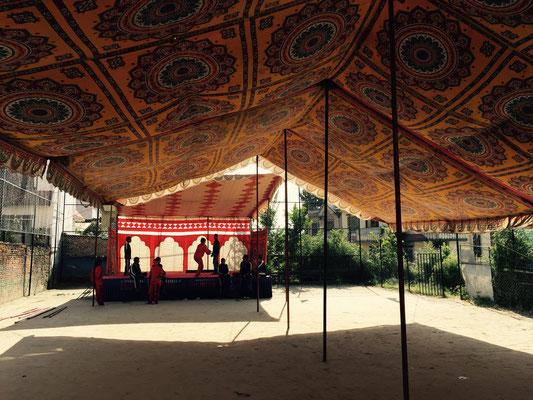 Seit gestern stehen auf dem Fußballplatz des alten Hauses auch die Bühne für das Festprogramm sowie das Festzelt.
