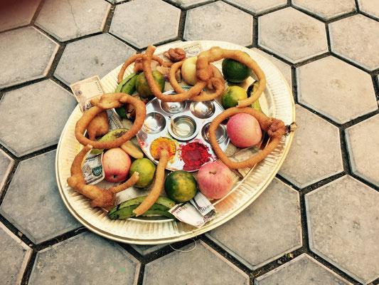 Schließlich gibt es von der Hausleitung einen großen Teller mit Obst, Süßem – und natürlich Kohle. Farbe und Öllampe sind auch dabei.