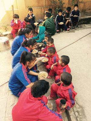 Die Kleinsten sind die Ersten, die essen dürfen. Dann wird klassenweise weitergegessen.