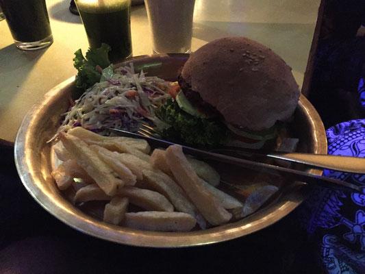 Mushroom Burger mit Coleslaw und Pommes, dazu frische Minzlemonade und Banana Lassi