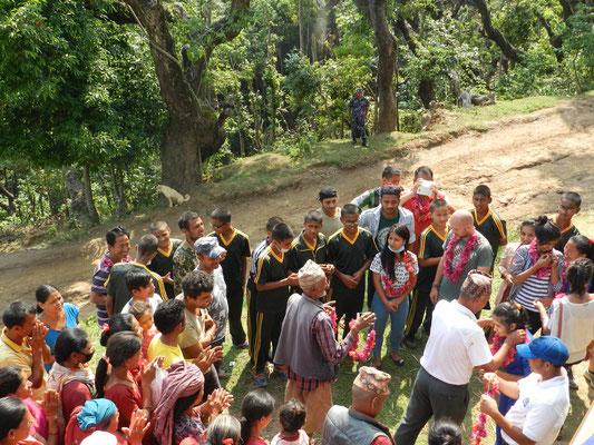 Fast das ganze Dorf hat sich versammelt, um die Hilfsgüter entgegenzunehmen und mit uns zu sprechen.
