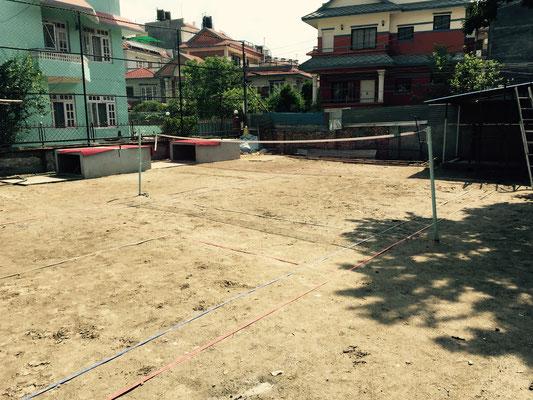 Auf dem Grundstück wurden noch zwei Betontischtennisplatten errichtet und ein Federballfeld. In die eine Ecke kommt noch ein Toilettenhäuschen.