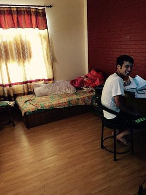 Rajeshs eigenes Zimmer. Der stets fröhliche Student verbringt den Großteil des Tages am College und lernt dann noch die halbe Nacht.