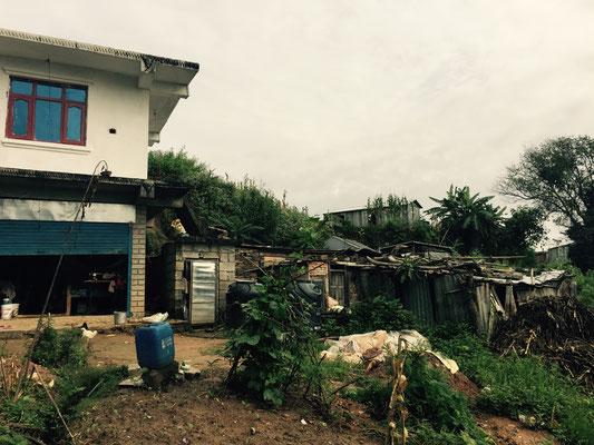 Die übrigen Häuser sind kaum noch bewohnt, weil zu viel eingestürzt ist. Überall wurden kleine Wellblechhütten errichtet.