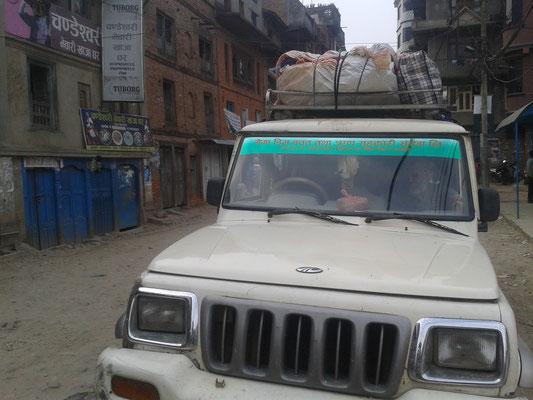 Es geht mit dem Jeep nach Ghyang – natürlich etwas schneller und weniger Todesangst verursachend als ein großer Schulbus. :) Da nicht genug Platz im Jeep ist, fährt Ajay mit dem Scooter.