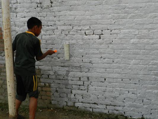Dann wird die Wand weiß angepinselt.