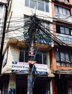 Typischer nepalesischer Kabelsalat. An jeder Straßenecke. Im Übermaß.