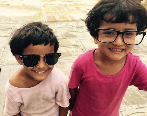 Jamuna und Ishita probieren es mal mit Brillen.
