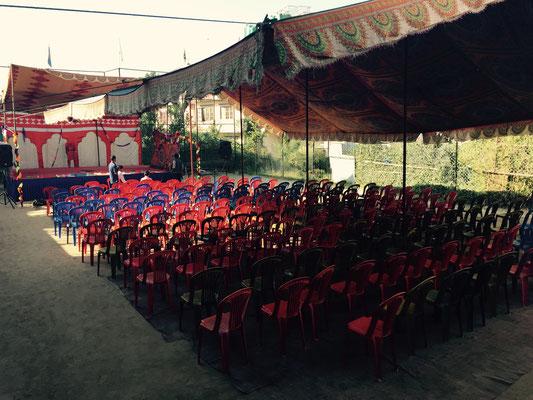 Schließlich werden auch die Stühle für die Gäste aufgestellt. Es werden viele erwartet.