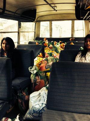 Die Säcke müssen auf den Sitzbänken lagen – das heißt enger sitzen auf der Hinfahrt, aber das sind wir ja aus den Microbussen ohnhin gewöhnt …