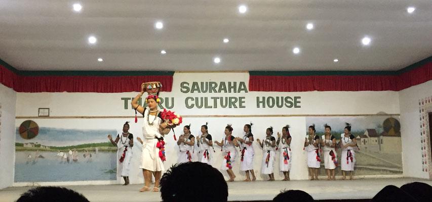 Bei der ersten Darbietung tanzen und singen die Frauen.