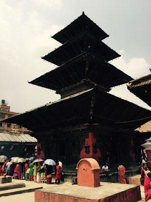 Der Kumbeshwar-Tempel, eine fünfstöckige Pagode (man sieht das oberste Dach auf dem Foto nicht)