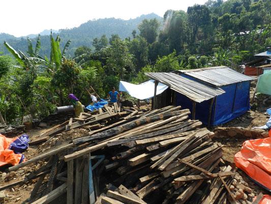 Aus Holz werden provisorische Lager errichtet, die stabiler sind als die Häuser – nur wie sollen die Bewohner in der nahenden Monsunzeit in denen trocken bleiben?