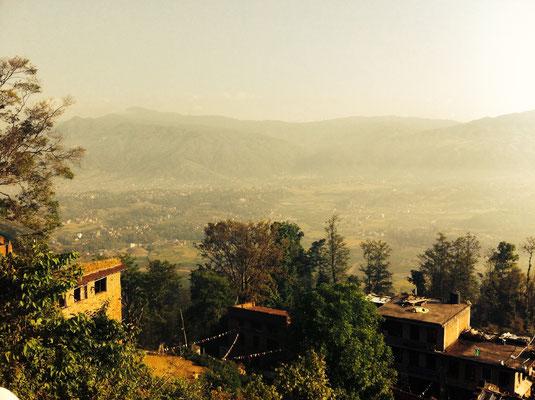 """Blick von der Tempelanlage auf den """"Gardon of Kathmandu Valley"""" – ein Gebiet mit vielen Obst- und Gemüseplantagen, durch die die Hauptstadt versorgt wird"""