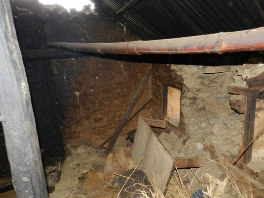 … höchstens ein Teil der Fassade. Innen sind die Wände und Böden eingestürzt.