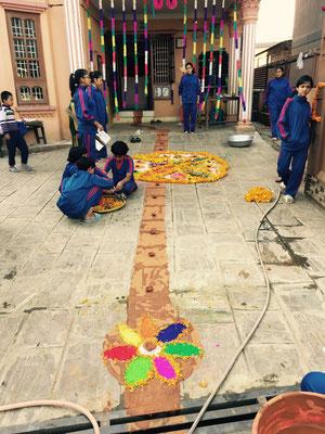 Der Weg muss sein, damit die Göttin Lakshmi den Weg ins Haus findet und die Bewohner mit Wohlstand segnen kann.