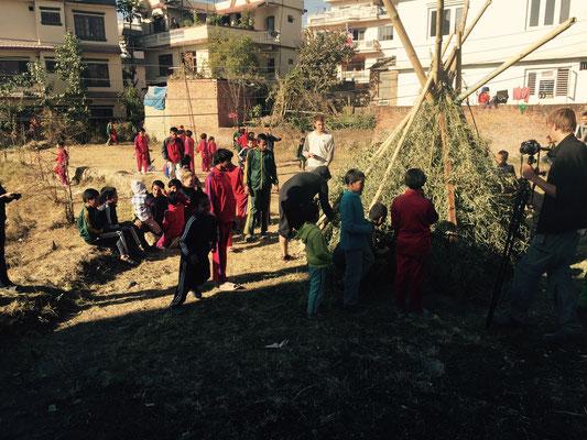 Robert und Sunil haben den Survival-Workshop geleitet. Unter anderem haben sie im Garten eine Hütte gebaut.