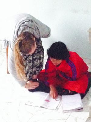 Gwen lernt mit Sabitri, die in der Schule Schwierigkeiten hat.