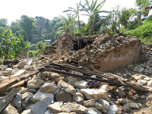 Glücklicherweise ist kein Dorfbewohner ums Leben gekommen, aber die Trümmer sind ein trauriger Anblick – auch wenn selbst ungeschulte Blicke erkennen können, dass es bei der Bauweise der Häuser leider keine Überraschung ist, dass sie eingekracht sind.