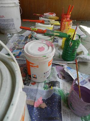 Die Farben werden auch schon bereit gemacht.