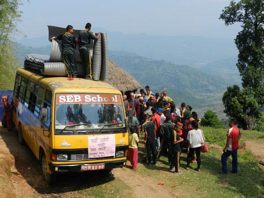 Die Hilfsgüter werden verteilt. Wie schon in Nuwakot Hung läuft alles sehr geordnet und der Reihe nach ab.
