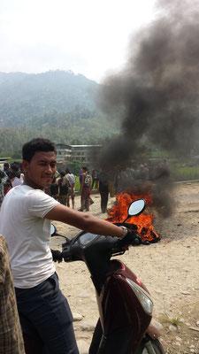 Wir sind kaum eine Stunde unterwegs, da stoßen wir auf Schwierigkeiten. In einem Dorf versperren die Einwohner die Straße mit einem Truck und mit Feuerstellen.