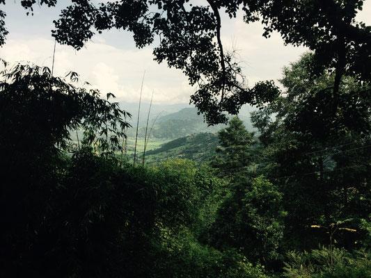 Die Aussicht aus dem Dorf ist atemberaubend – eigentlich hat man auch direkte Sicht auf die Berge, leider ist es heute etwas bewölkt.