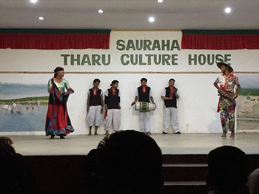 Links ist ein Mann in Frauenkleidung zu sehen, was ungewöhnlich für die nepalesische Kultur ist. Wenn jemand stirbt, wird dieser Tanz 13 Tage später aufgeführt. Er vertreibt Trauer durch Freude und vereint den Mann wieder mit seiner Frau.