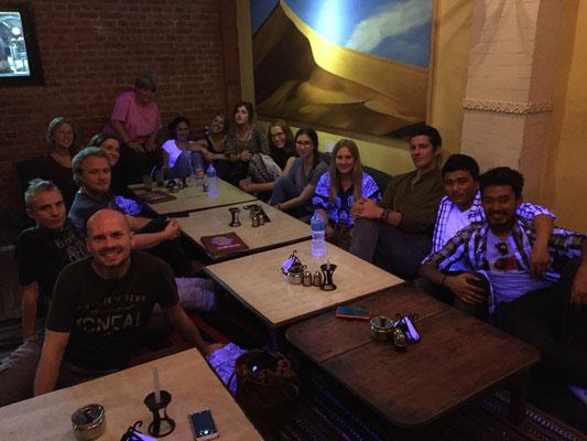 Von links herum um den Tisch: Ben, Konni, Tom (ein Freund von Anka), Pia, Nina, Ellen, Nesssi, Bekka, Mali, Renée, Kim, Anka, Lenny, Prakash, Ajay