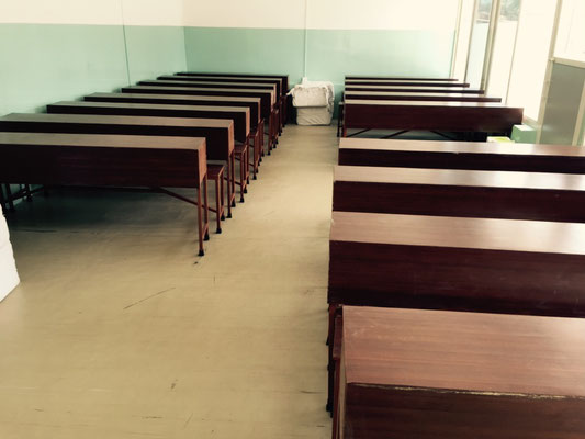 Die Schulbänke im größeren study room