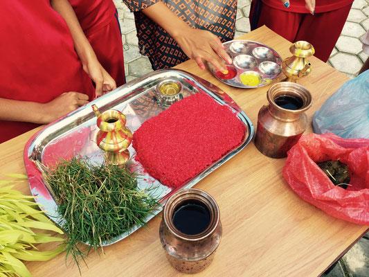Alles wird festlich auf einem Tablett angerichtet, daneben der Ritualteller.