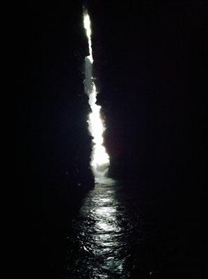 """Unterirdische Höhle, in die die """"Devi's Falls"""" rauschen"""