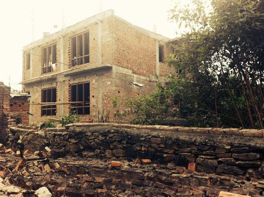 Zerstörungen vor unserem Eingangstor (2)