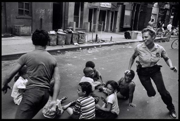 Policière jouant avec les enfants à Harlem - 1978