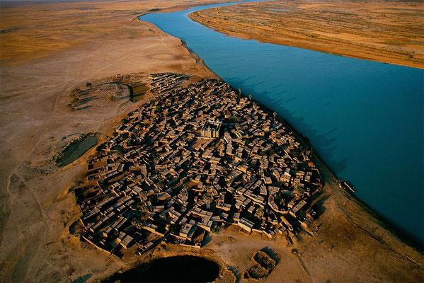 Village sur le bord du fleuve Niger au Mali