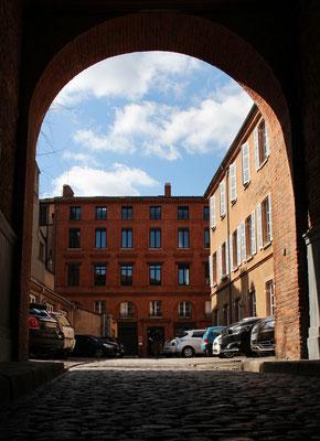 Entrée au Centre des Cultures de l'Habiter [CCHa] par le porche rue St Pantaléon