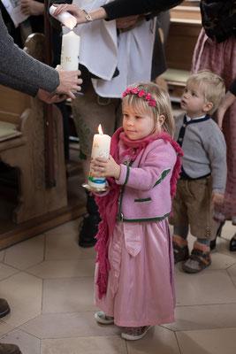 Reportage, Reportagefotografie, Täuflich, Taufe, Weihung, Baby, Famileinfest, Tauffeier, Kirche, Weihwasser, Familienfoto, Fotografin, Freising