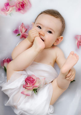 Baby, Krabbelalter, Badewanne, Badwannenshooting, Babyfoto, Wassershooting, rosen, Freising, milchbad