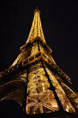 Irgendwo in Frankreich .. (Kinder passt auf, wenn ihr den Eiffelturm bei Nacht fotografiert, das kann Ärger geben, die Beleuchtungs-Männer haben sich nämlich die Bildrechte gesichert .. Deswegen: Copyright: Tour Eiffel-Illuminations Pierre Bideau)