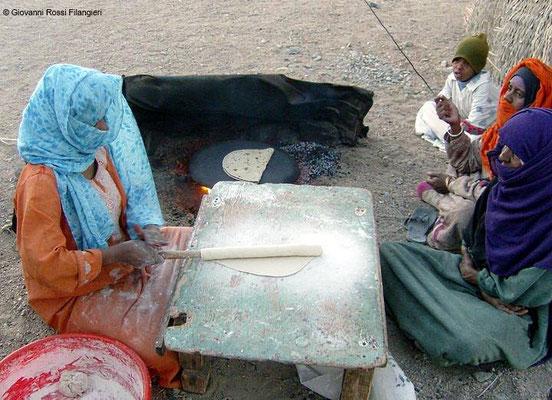 DESERTO DI EL QUSEIR Donna preparano il pane in un villaggio nomade