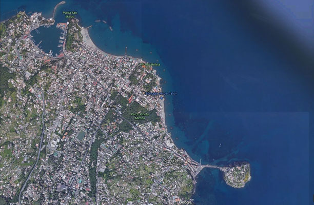 veduta aerea di Ischia Porto (in alto) ed ischia Ponte a destra