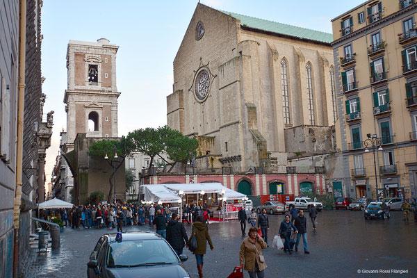 PIAZZA DEL GESÙ: a destra la monumentale Chiesa di santa Chiara, a sinistra il profilo a bugnato della chiesa del Gesù Nuovo