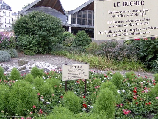 ROUEN Place du Vieux Marché: il luogo dove fu eretta la pira per Giovanna D'Arco