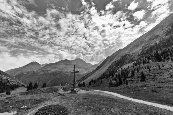 Das Gipfelkreuz im Tal