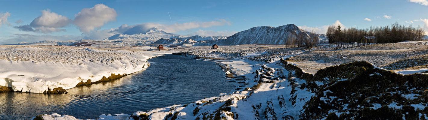 Fluß mit roten Häusern ( in Vatnagarður ) - Island