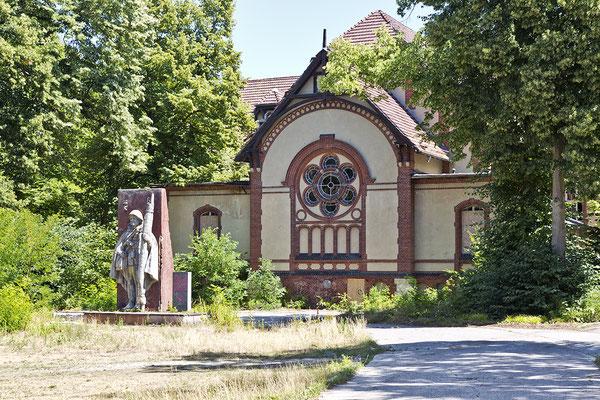 Sanatorium für Männer mit russischen Ehrendenkmal