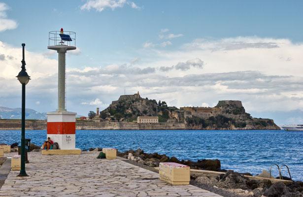 Leuchtturm Korfu (Stadt) / Kerkyra /Yacht-Hafen in der Garitsa-Bucht / Griechenland